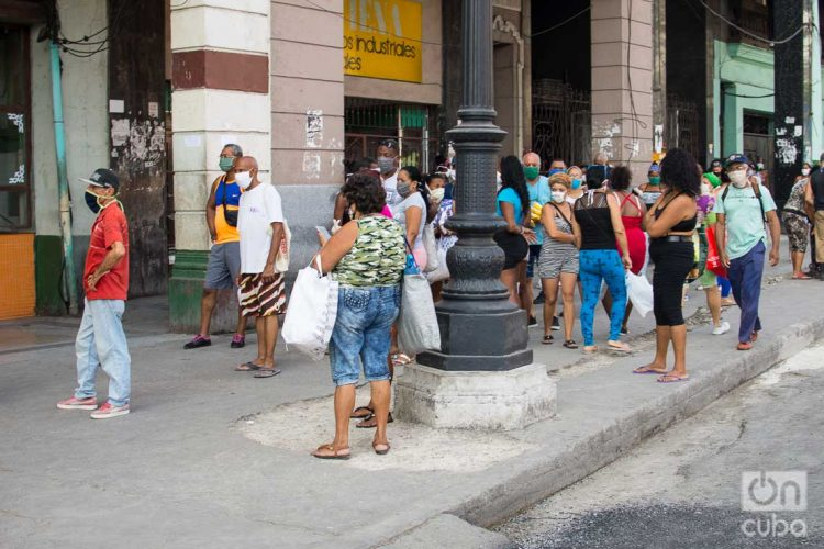 Una cola en La Habana durante la pandemia de coronavirus. Foto: Otmaro Rodríguez.