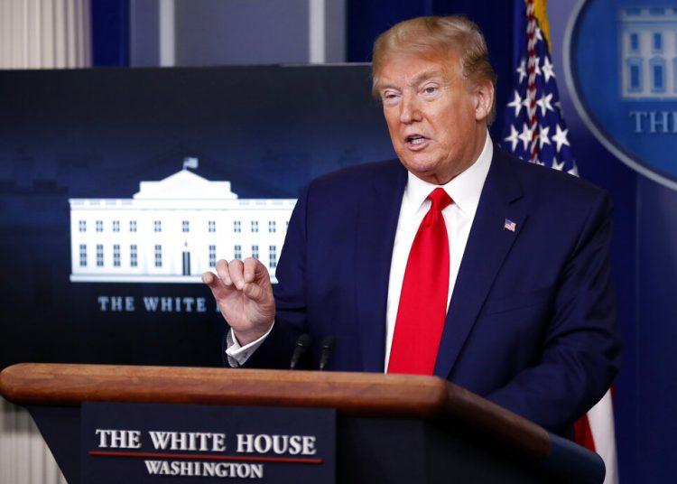 El presidente Donald Trump habla sobre el coronavirus en la Sala de Prensa James Brady de la Casa Blanca, el lunes 20 de abril de 2020. Fotos: Alex Brandon/AP.