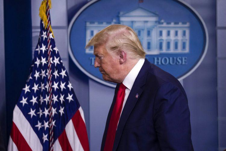 El presidente Donald Trump sale de la sala de prensa después de hablar sobre el coronavirus en la Casa Blanca el viernes 3 de abril de 2020 en Washington, EE.UU. Foto: Alex Brandon / AP.