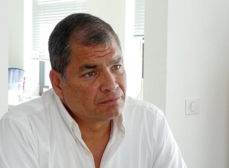 Rafael Correa, da una entrevista en la casa de su familia cerca de Bruselas, Bélgica, en 2018.  Foto: Mark Carlson/AP.