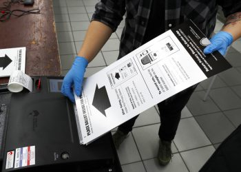 Foto tomada el 17 de marzo del 2020 de un centro de votación en Chicago. (AP Photo/Charles Rex Arbogast, File)