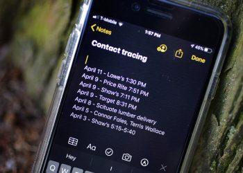 Un smartphone, perteneciente a Drew Grande, de 40 años, y residente en Cranston, Rhode Island, muestra las notas que tomó para registrar sus interacciones con otra gente, el 15 de abril de 2020. Foto: AP/Steven Senne.