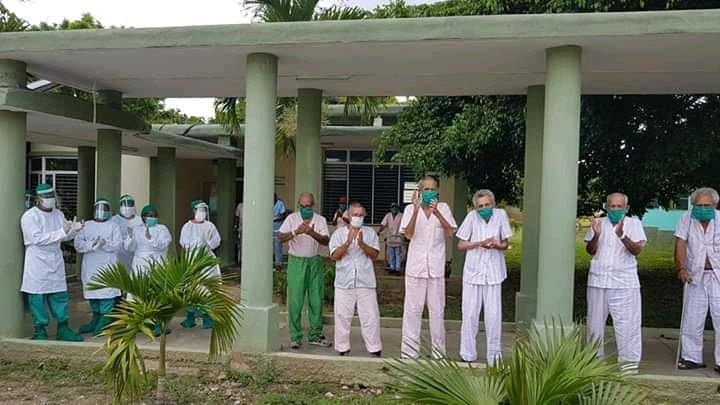 Ancianos aislados, junto a parte del personal que los atiende, en una escuela de la ciudad de Santa Clara, en el centro de Cuba, tras registrarse un brote de coronavirus en el hogar donde estaban internados. Foto: Dalia Reyes Perera / Facebook.