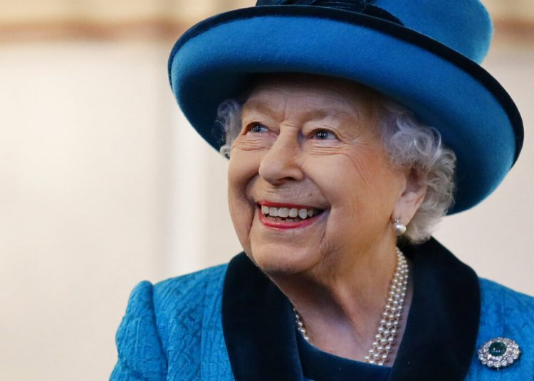 La reina Isabel II de Inglaterra visita la nueva sede de la sociedad Royal Philatelic en Londres, el pasado noviembre. Foto: Tolga Akmen/Pool vía AP, Archivo.
