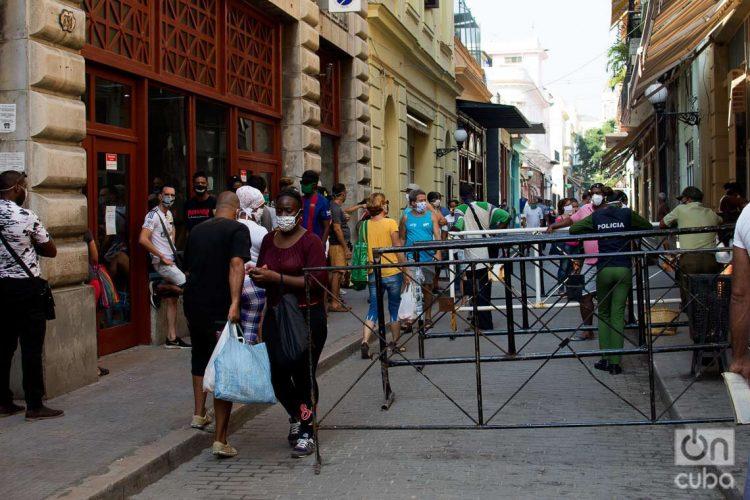 Las aglomeraciones de personas que aspiran adquirir alimentos se ha convertido en unos de los principales problemas para afrontar la Covid-19 en Cuba. Foto: Otmaro Rodríguez.