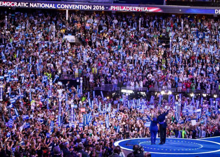 El presidente Barack Obama y la candidata presidencial Hillary Clinton saludan durante el tercer día de la Convención Nacional Demócrata, Filadelfia, 27 de julio de 2016. Foto: Andrew Harnik/AP.