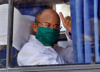 Cuba despidió este domingo a una brigada de 38 médicos y enfermeros que se dirigen a Piamonte, en el norte de Italia, para ayudar en la lucha contra el coronavirus en esa región fuertemente afectada por la pandemia. Foto: EFE/Ernesto Mastrascusa
