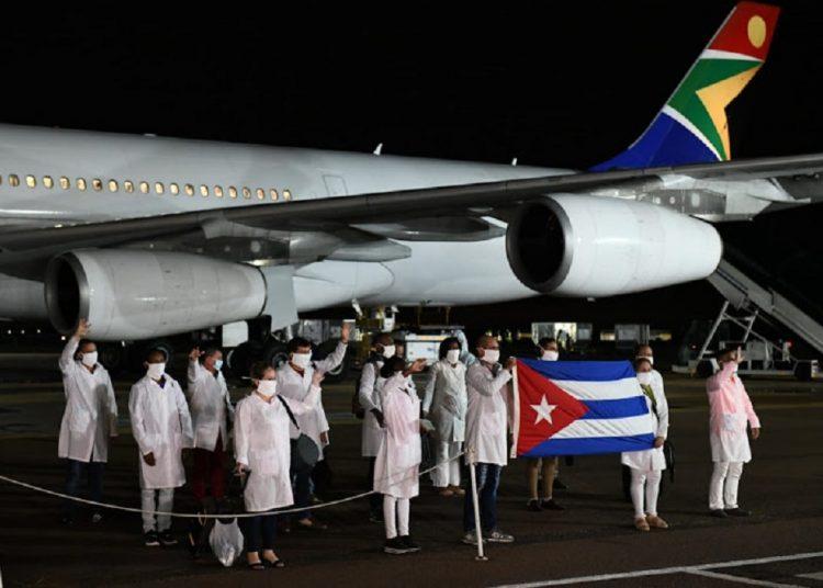 El personal médicos cubano llegó anoche a Johannesburgo, donde fue recibido por autoridades de Sudáfrica. Foto: SundayTimes.