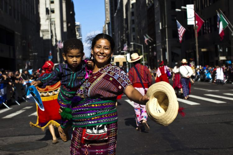 Madre e hijo con atuendos típicos de Guatemala en el desfile de la Herencia Hispana de Nueva York. Foto: Reuters.