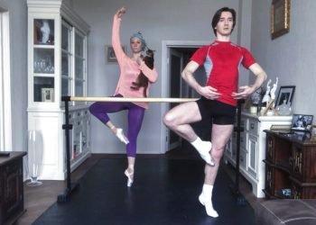 Los primeros bailarines del Ballet Bolshoi, Maria Alexandrova y Vladislav Lantratov, participan en un ensayo online con sus compañeros desde su casa en Moscú. Foto: AP/Pavel Golovkin.