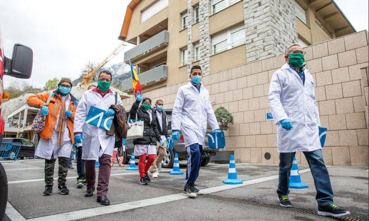 Integrantes de la brigada médica cubana en Andorra, tras su llegada a ese pequeño país europeo para combatir la pandemia de coronavirus. Foto: Diario de Andorra.