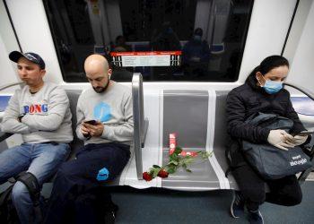 Una rosa en un asiento reservado para personas mayores del Metro de Barcelona en un homenaje a este colectivo, el más castigado en la crisis sanitaria. Foto:  EFE/Marta Pérez.