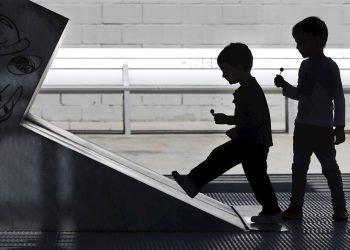 Dos niños juegan en el Parque Joan Miró de Barcelona cuando se cumplen 45 días de confinamiento por el estado de alarma decretado por el Gobierno debido a la crisis del coronavirus. Foto: EFE/Andreu Dalmau.