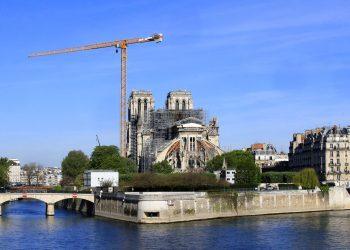 Una grúa se alza junto a la catedral de Notre Dame, París, miércoles 15 de abril de 2020. Alemania ha ofrecido colaborar con la reconstrucción del monumento, dañado por un incendio hace un año. Foto: AP/Michel Euler.