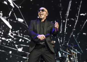 """En esta foto del 12 de mayo del 2019, Pitbull canta en KAABOO Texas en Arlington, Texas. Pitbull lanzó una nueva canción titulada """"I Believe That We Will Win"""" con la esperanza de animar a sus fans durante la pandemia del coronavirus. Todas las ganancias del sencillo beneficiarán los esfuerzos de las organizaciones Feeding America y Tony Robbins Foundation. (Foto por Amy Harris/Invision/AP, Archivo)"""