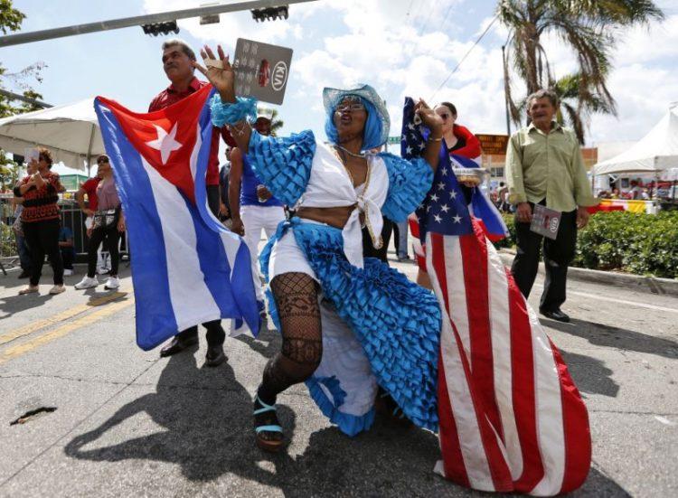 Desfile con música y baile en la Pequeña Habana en Miami, Florida. Foto: Wilfredo Lee/AP.