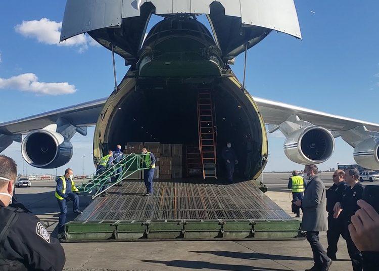 Un avión de las Fuerzas Armadas con ayuda humanitaria aterriza en el Aeropuerto Internacional John F. Kennedy el 1 de abril de 2020. Foto: TASS.