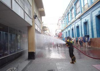 Desinfección de la calle Enramadas, en Santiago de Cuba, como parte de las acciones para frenar la transmisión de la Covid-19. Foto: Odalis Riquenes / Juventud Rebelde.