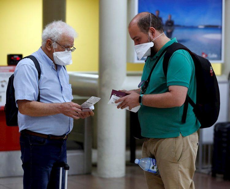 Dos turistas españoles revisan sus boletos de vuelo este martes en el aeropuerto Internacional José Martí de la Habana, Cuba. Foto: EFE/ Ernesto Mastrascusa.