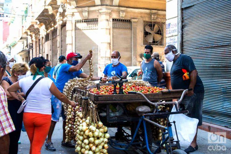 Un vendedor particular de productos agrícolas(carretillero) en La Habana, durante la pandemia de coronavirus.Foto: Otmaro Rodríguez.
