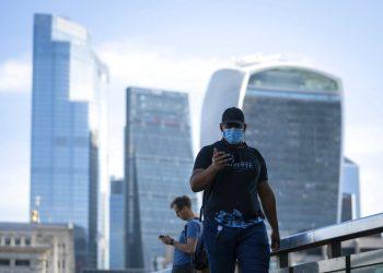 Gente caminando por el Puente de Londres durante la hora punta matinal, tras la introducción de medidas para sacar al país de la cuarentena durante la pandemia del coronavirus, en Londres, el miércoles 20 de mayo de 2020. Foto: Dominic Lipinski/PA via AP.