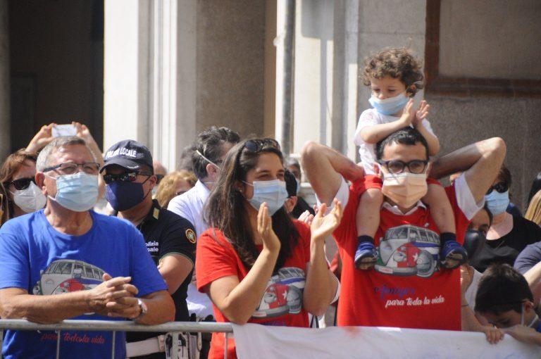 Habitantes de Crema, Italia, aplauden a la brigada médica cubana en su acto de despedida tras su labor en la lucha contra la Covid-19. Foto: Cubadebate.