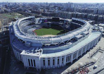 Vista aérea del Yankee Stadium en Nueva York, el jueves 26 de marzo de 2020. Foto: John Woike/Samara Media, vía AP