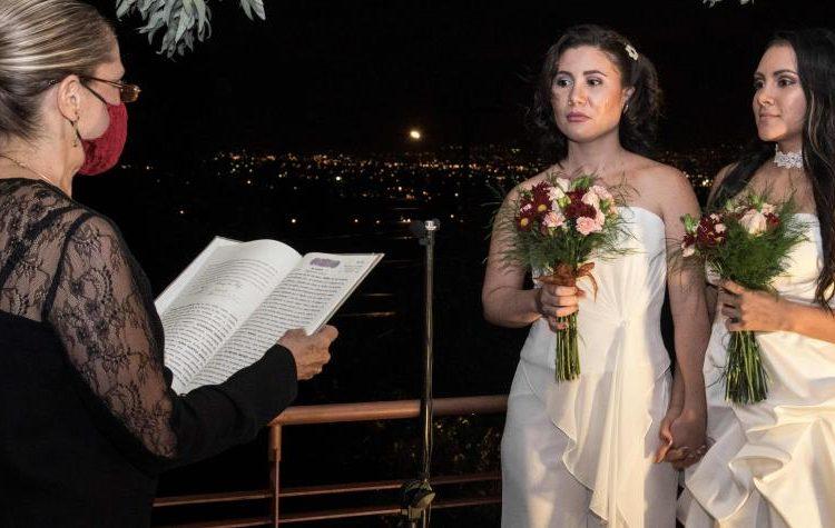 Dunia Araya y Alexandra Quiros, primera pareja del mismo sexo en contraer matrimonio en Costa Rica. Foto: AFP.