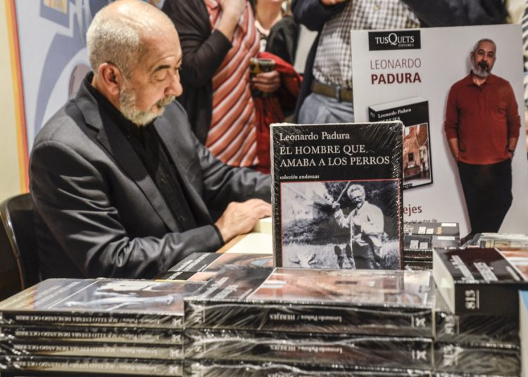 Padura firma libros en la Feria Internacional del Libro de Buenos Aires. Foto: Kaloian Santos/OnCuba/Archivo.