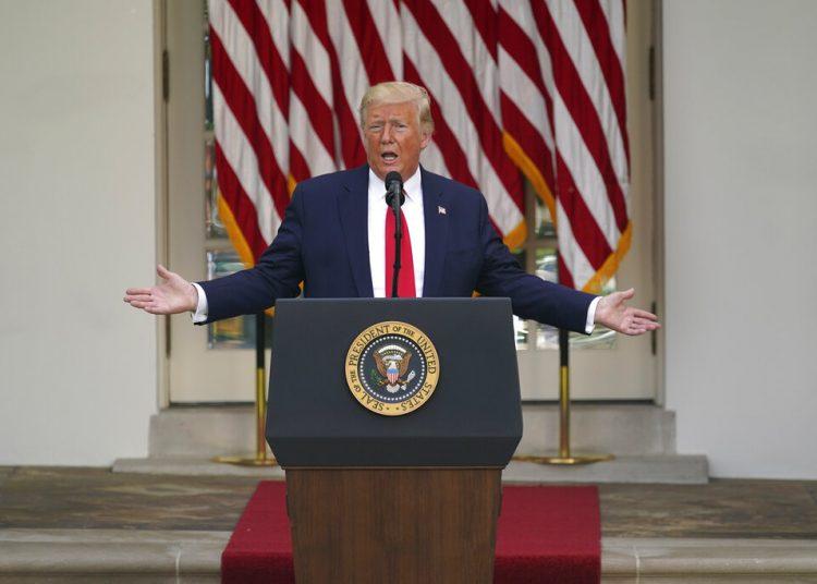 El presidente Trump responde preguntas de los reporteros durante un evento en la Rosaleda de la Casa Blanca el martes 26 de mayo de 2020. Foto: Evan Vucci/AP.