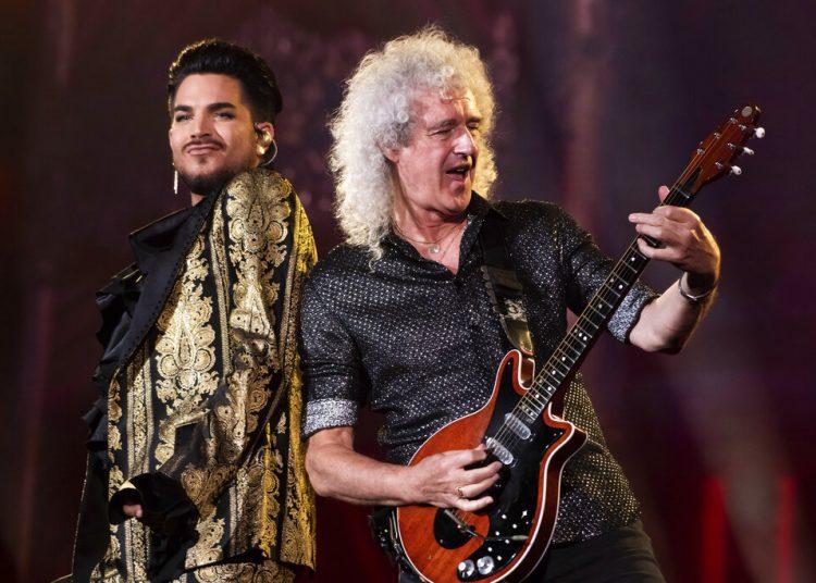 """Adam Lambert y Brian May tocan en el festival Global en Nueva York. Lambert y May, junto a Roger Taylor, de Queen, lanzaron el viernes 1 de mayo una nueva versión del clásico """"We Are the Champions"""" para los trabajadores en el frente de la batalla contra el coronavirus, """"You Are the Champions"""". Foto: Charles Sykes/Invision/AP, Archivo."""