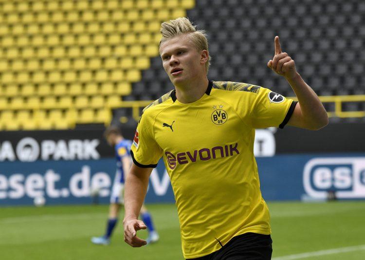 Erling Haaland, del Dortmund, festeja luego de anotar el primer gol durante un partido de la Bundesliga ante el Schalke 04, que marcó la reanudación de la campaña interrumpida por la pandemia de coronavirus (AP Foto/Martin Meissner, Pool)