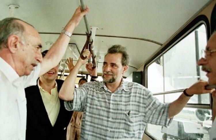 Julio Anguita (centro) junto a José Ramón Machado Ventura, en La Habana, 1996. Foto: La Nación.