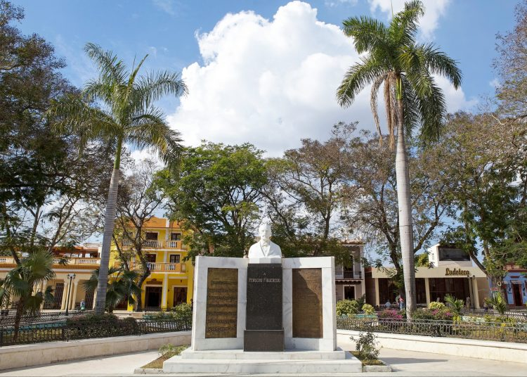 Busto de Perucho Figueredo en el Parque Céspedes, de Bayamo. Foto: Lonely Planet.