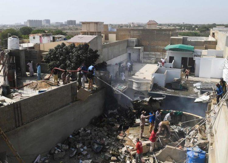 Zona del siniestro en Karachi Foto: ASIF HASSAN/AFP, vía La Vanguardia