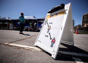 En un centro de votación en Lancaster, California, se indica la distancia social que deben mantener los electores. Foto: Etienne Laurent/EFE.