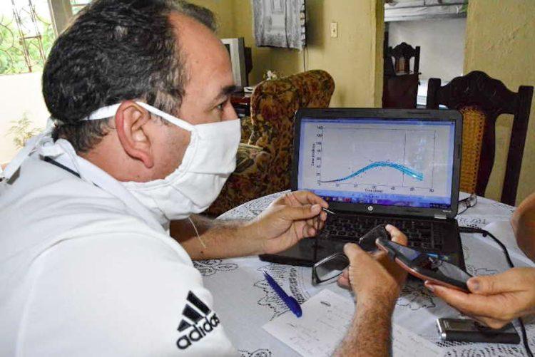 El doctor en Ciencias Matemáticas Carlos Sebrango pronostica las curvas de la Covid-19. Foto: Vicente Brito/ Escambray.