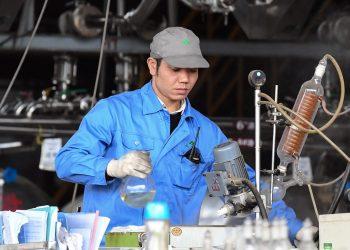 Un trabajador produce artemisinina, un medicamento para tratar la malaria, en una planta en el condado de Rongan, región autónoma de Guangxi Zhuang, China. Foto: Xinhua.