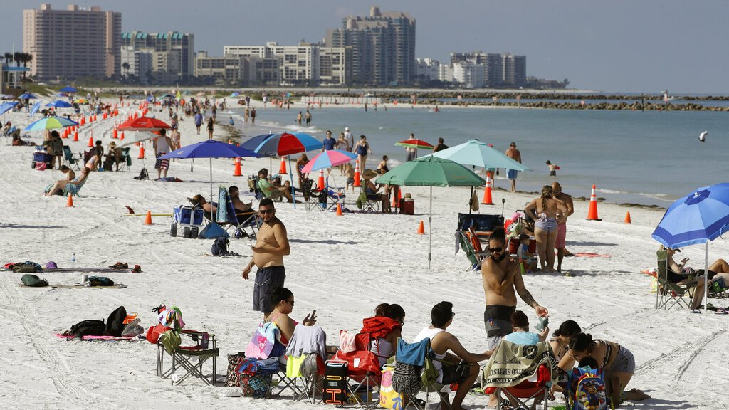 Conos colocados para mantener la distancia sana al reabrir al oficialmente al público la playa Clearwater, en Florida, el lunes 4 de mayo de 2020. Foto: Chris O'Meara / AP.