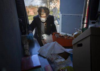 Galina Yakovleva carga la camioneta en la que distribuye suministros entre gente necesitada de San Petersburgo. Foto: AP/Dmitri Lovetsky.