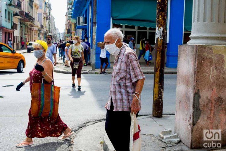 Personas en las calles de La Habana durante la pandemia de coronavirus. Foto: Otmaro Rodríguez.