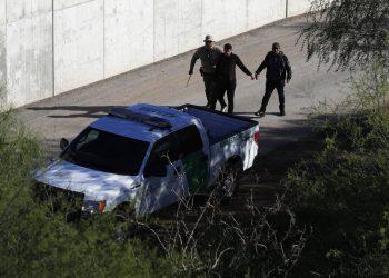 Foto de archivo donde un agente de la Aduana y la Patrulla Fronteriza de Estados Unidos camina con presuntos inmigrantes atrapados entrando ilegalmente al país a lo largo del Río Grande, en Hidalgo, Texas. Foto: AP/Eric Gay.