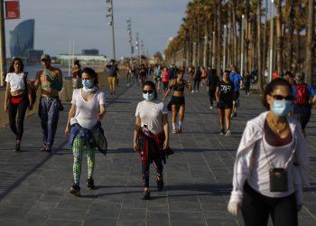 La gente camina y hacer ejercicio por el paseo marítimo de Barcelona, el sábado 2 de mayo de 2020. Los españoles han llenado las calles del país para hacer ejercicio por primera vez después de siete semanas de confinamiento en sus hogares para combatir la pandemia de coronavirus. La gente corrió, caminó o montó bicicleta bajo un cielo soleado en Barcelona el sábado, donde muchos acudieron al paseo marítimo para acercarse lo más posible a la playa, aún fuera de los límites. (Foto AP/Emilio Morenatti)