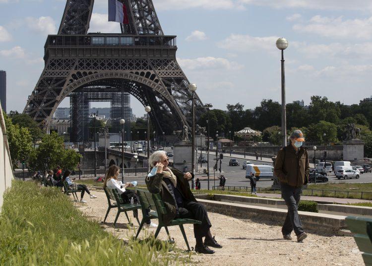 Personas toman sol en el jardín del Trocadero junto a la torre Eiffel, en París, durante la pandemia de coronavirus. Foto: Michel Euler / AP / Archivo.