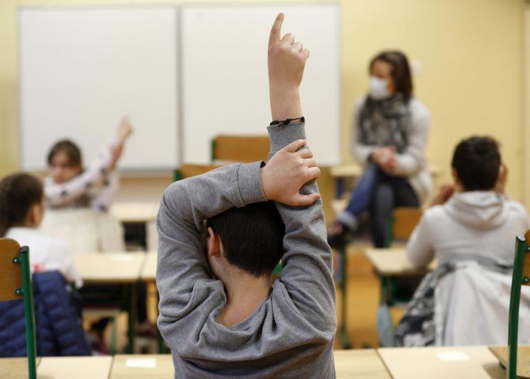 Unos niños acuden a clases en Estrasburgo, Francia, el 14 de mayo de 2020.  Foto: AP/Jean-Francois Badias.