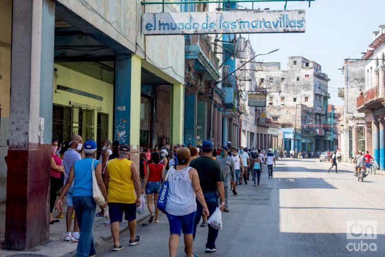 Las medidas para desconcentrar los productos de primera necesidad y evitar aglomeraciones han chocado con la ineficiencia. Foto: Otmaro Rodríguez.