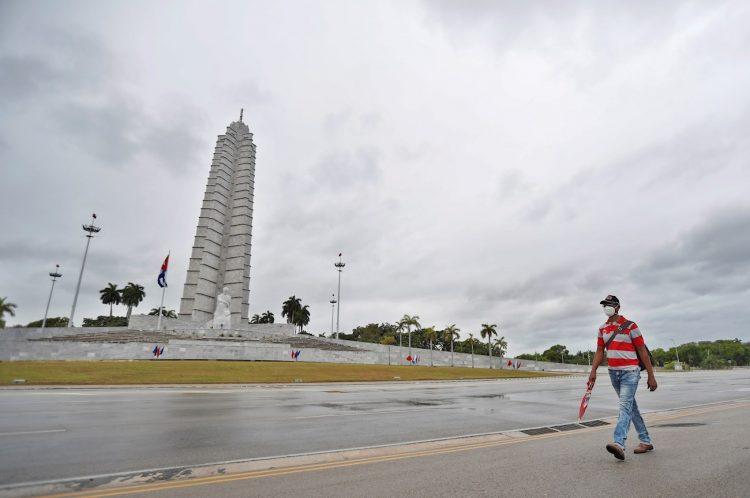 Un hombre con tapabocas camina el 1ro de mayo de 2020 por una vacía Plaza de la Revolución José Martí, de La Habana, durante el Día de los Trabajadores, a causa de la pandemia de la Covid-19 y de las medidas para combatirla. Foto: Yander Zamora / EFE.
