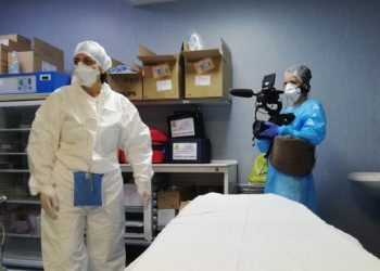 Sasha Achilli filma en un hospital de Cremona, Italia. Foto: Arianna Pagani, vía pbs.org