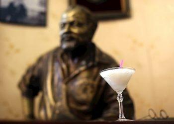 Fotografía de archivo que muestra un cóctel daiquirí frente de la estatua del escritor estadounidense Ernest Hemingway, en el famoso restaurante El Floridita, en la Habana. Foto: EFE