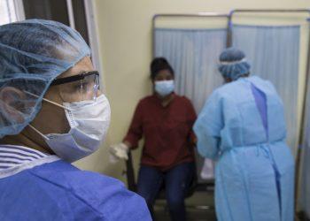 Una enfermera realiza una prueba rápida para detectar la COVID-19 este martes, en el hospital Regional Luis Morillo King, en La Vega a unos 98 km de Santo Domingo (República Dominicana). EFE/Orlando Barría